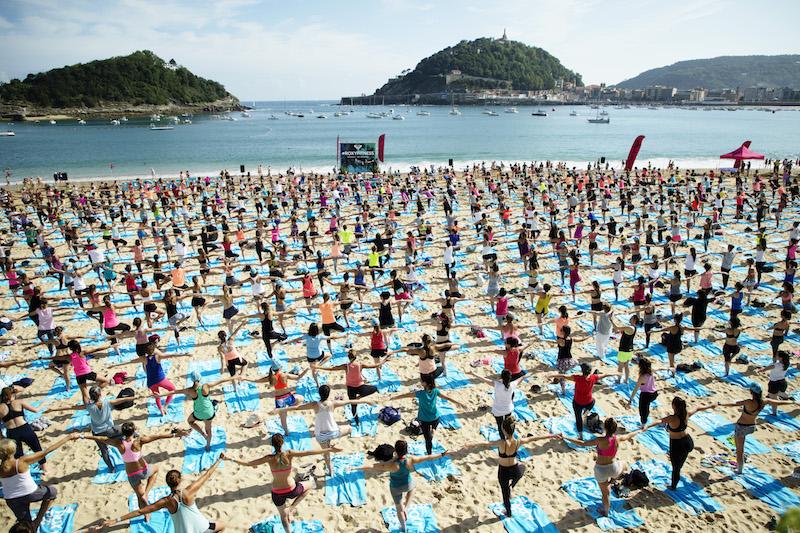 Ondarreta Beach hosted 900 yogis for the #ROXYFitness giant Yoga Class – Credit ROXY